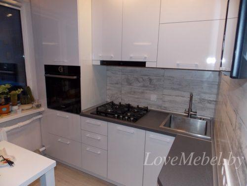 Маленькая кухня с пеналом из белого глянцевого пластика (1) фото