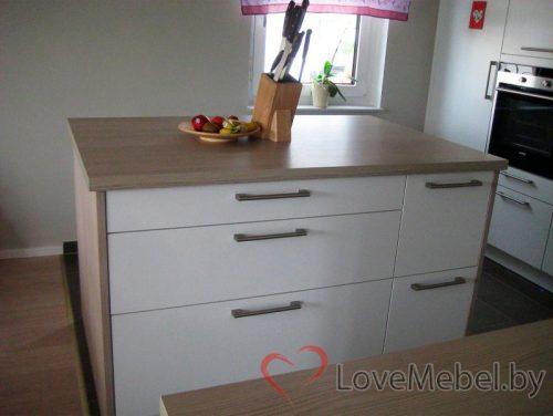 Белая кухня с островом из ЛДСП Egger Онда (4)
