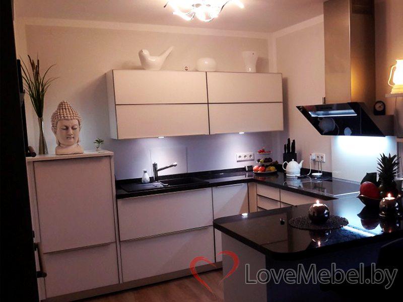Белая кухня с барной стойкой из пластика Борренес (1)