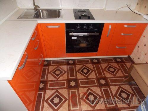 Маленькая угловая кухня из пластика в хрущевке (3)