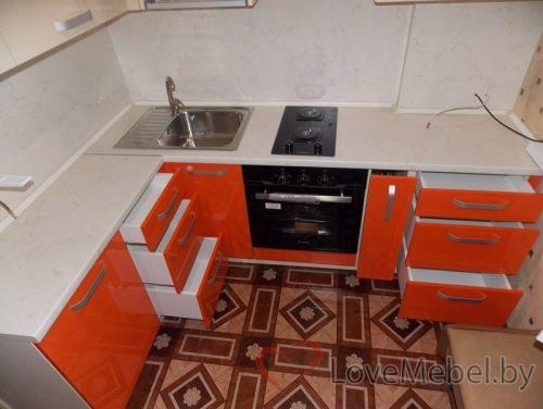 Маленькая угловая кухня из пластика в хрущевке (6)