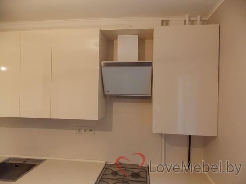 Кухня в теплых цветах с обычной плитой (10)