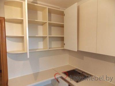 Кухня в теплых цветах с обычной плитой (12)