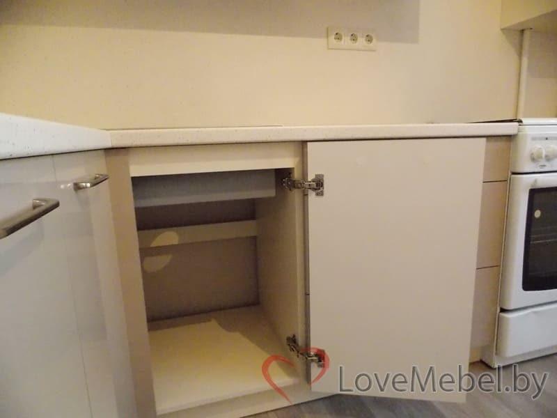 Кухня в теплых цветах с обычной плитой (15)