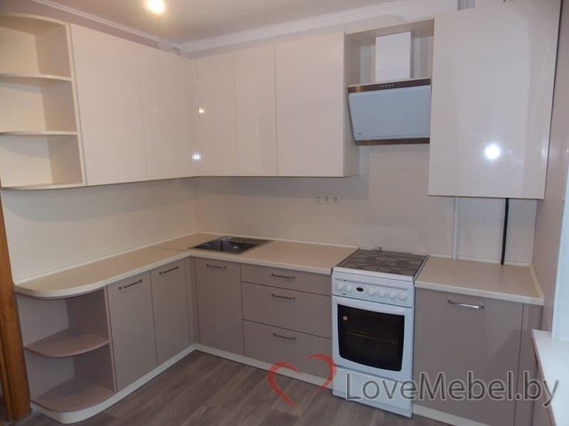 Кухня в теплых цветах с обычной плитой (2)