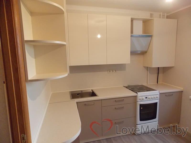 Кухня в теплых цветах с обычной плитой (3)