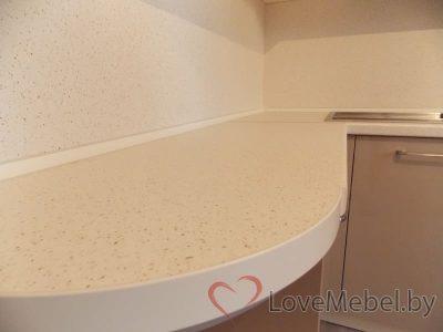Кухня в теплых цветах с обычной плитой (8)