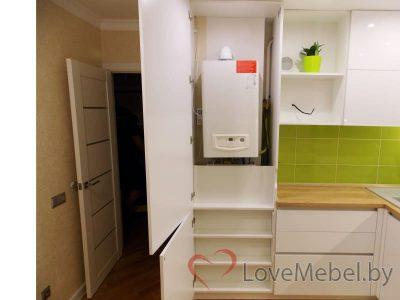 Кухня с газовым котлом и трубами