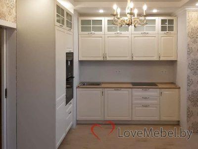Кухня с витринами в верхних ящиках